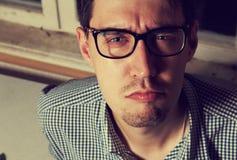 Αστείος νεαρός άνδρας στα γυαλιά Στοκ φωτογραφία με δικαίωμα ελεύθερης χρήσης