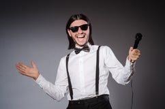 Αστείος τραγουδιστής με το μικρόφωνο Στοκ Φωτογραφία