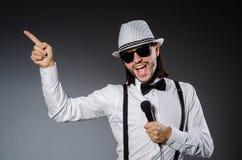 Αστείος τραγουδιστής με το μικρόφωνο Στοκ Φωτογραφίες