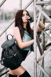 Αστείος τρελλός glamor μοντέρνος προκλητικός νεαρός δικυκλιστής γυναικών χαμόγελου όμορφος νέος Στοκ Εικόνες