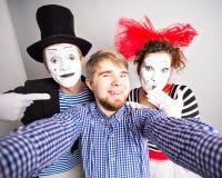 Αστείος τύπος selfie με τα mimes, έννοια ημέρας ανόητων Απριλίου Στοκ εικόνα με δικαίωμα ελεύθερης χρήσης