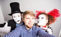 Αστείος τύπος selfie με τα mimes, έννοια ημέρας ανόητων Απριλίου Στοκ Εικόνες