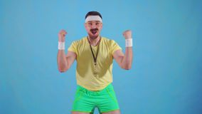 Αστείος χαρούμενος αρσενικός εκπαιδευτής από τη δεκαετία του '80 με ένα mustache και τα γυαλιά με ένα χρονόμετρο με διακόπτη φιλμ μικρού μήκους