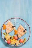 Αστείος crepes οι τηγανίτες μοιάζει με ένα ψάρι Στοκ φωτογραφία με δικαίωμα ελεύθερης χρήσης