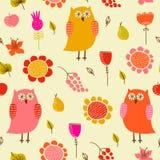 Αστείο άνευ ραφής σχέδιο με τις κουκουβάγιες και τα λουλούδια Στοκ φωτογραφία με δικαίωμα ελεύθερης χρήσης