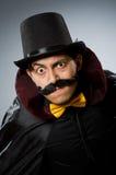 Αστείο άτομο μάγων που φορά tophat Στοκ εικόνες με δικαίωμα ελεύθερης χρήσης