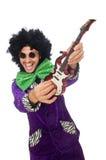 Αστείο άτομο με την κιθάρα παιχνιδιών που απομονώνεται στο λευκό Στοκ εικόνες με δικαίωμα ελεύθερης χρήσης