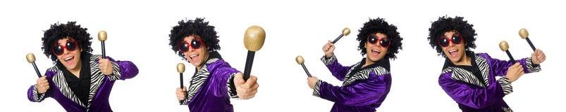 Αστείο άτομο με το μικρόφωνο που απομονώνεται στο λευκό στοκ εικόνα