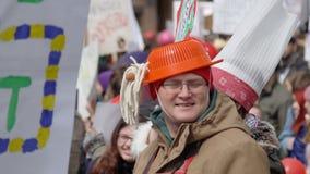 Αστείο άτομο πορτρέτου σε μια επίδειξη με το anbasin στο κεφάλι του με ένα σκουμπρί φιλμ μικρού μήκους