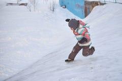 Αστείο αγόρι παιδάκι στα ζωηρόχρωμα ενδύματα που παίζει υπαίθρια το χειμώνα τις κρύες χιονώδεις ημέρες Ευτυχές παιδί που έχει τη  Στοκ φωτογραφία με δικαίωμα ελεύθερης χρήσης