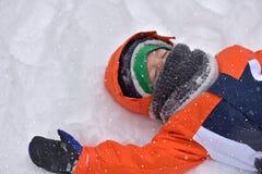 Αστείο αγόρι παιδάκι στα ζωηρόχρωμα ενδύματα που παίζει υπαίθρια κατά τη διάρκεια Στοκ εικόνες με δικαίωμα ελεύθερης χρήσης
