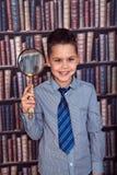 Αστείο αγόρι πρώτος-γκρέιντερ με μια ενίσχυση - γυαλί Στοκ Εικόνες
