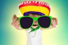 Αστείο αγόρι στα γυαλιά ηλίου και στο μεξικάνικο σομπρέρο στοκ εικόνες
