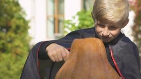 Αστείο αγόρι στο χαράζοντας Jack-ο-φανάρι εξαρτήσεων βαμπίρ, προετοιμασίες παραμονής αποκριών απόθεμα βίντεο