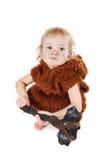 Αστείο αγόρι caveman σε ένα κοστούμι με το βρώμικο πρόσωπο που κρατά ένα τσεκούρι Στοκ φωτογραφία με δικαίωμα ελεύθερης χρήσης