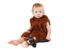 Αστείο αγόρι caveman σε ένα κοστούμι με το βρώμικο πρόσωπο που κρατά ένα τσεκούρι Στοκ φωτογραφίες με δικαίωμα ελεύθερης χρήσης