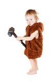 Αστείο αγόρι caveman σε ένα κοστούμι με το βρώμικο πρόσωπο που κρατά ένα τσεκούρι Στοκ εικόνες με δικαίωμα ελεύθερης χρήσης