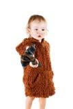 Αστείο αγόρι caveman σε ένα κοστούμι με το βρώμικο πρόσωπο που κρατά ένα τσεκούρι Στοκ Εικόνες