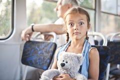 Αστείο ανοιχτομάτης κορίτσι σε ένα τραμ Στοκ Εικόνες