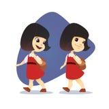 Αστείο ασιατικό μικρό κορίτσι που πηγαίνει με ένα σακίδιο πλάτης Στοκ Εικόνα