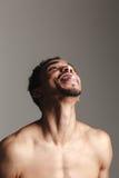 Αστείο αφρικανικό άτομο που απομονώνεται πέρα από το γκρίζο υπόβαθρο Στοκ Εικόνα