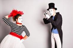 Αστείο ζεύγος των mimes που παίρνουν μια φωτογραφία, ημέρα ανόητων Απριλίου Στοκ Φωτογραφίες