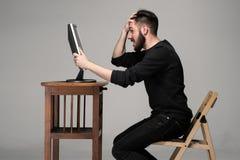 Αστείο και τρελλό άτομο που χρησιμοποιεί έναν υπολογιστή Στοκ Φωτογραφία