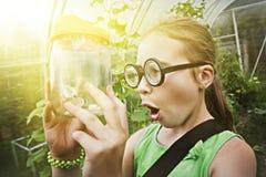 Αστείο κορίτσι με τα γυαλιά και πεταλούδα σε ένα βάζο Στοκ Φωτογραφίες