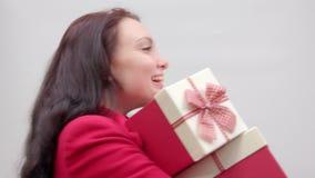 Αστείο κορίτσι με τα δώρα απόθεμα βίντεο