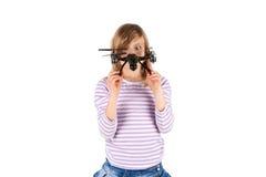 Αστείο κορίτσι με τον κηφήνα στοκ εικόνα με δικαίωμα ελεύθερης χρήσης