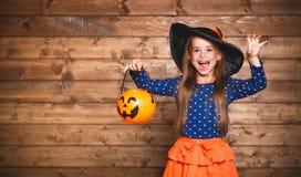 Αστείο κορίτσι παιδιών στο κοστούμι μαγισσών σε αποκριές Στοκ Φωτογραφίες