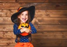 Αστείο κορίτσι παιδιών στο κοστούμι μαγισσών σε αποκριές Στοκ Εικόνα