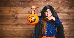 Αστείο κορίτσι παιδιών στο κοστούμι μαγισσών σε αποκριές Στοκ Εικόνες