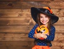 Αστείο κορίτσι παιδιών στο κοστούμι μαγισσών σε αποκριές Στοκ Φωτογραφία