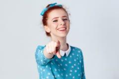 Αστείο κορίτσι πιπεροριζών στο ανοικτό μπλε φόρεμα που έχει, δείχνοντας το δάχτυλο στη κάμερα και το οδοντωτό χαμόγελο, εστίαση σ Στοκ εικόνες με δικαίωμα ελεύθερης χρήσης