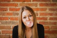 Αστείο κορίτσι που κάνει pomp με μια γόμμα φυσαλίδων Στοκ φωτογραφία με δικαίωμα ελεύθερης χρήσης