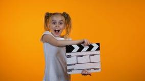 Αστείο κορίτσι που χτυπά το πτερύγιο που προσποιείται να είναι κινηματογραφικός παραγωγός, μελλοντική σταδιοδρομία, όνειρο απόθεμα βίντεο