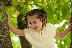 Αστείο κορίτσι τετράχρονων παιδιών με ένα κούρεμα πλεξουδών και σε ένα κίτρινο je Στοκ φωτογραφία με δικαίωμα ελεύθερης χρήσης