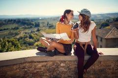 Αστείο κορίτσι φίλων που απολαμβάνει στο χρόνο ταξιδιών από κοινού στοκ εικόνες με δικαίωμα ελεύθερης χρήσης