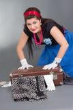 Αστείο κορίτσι pinup με την υπερχειλισμένη βαλίτσα Στοκ Εικόνα