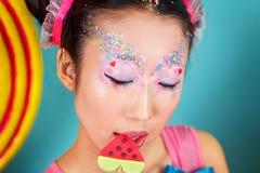 Αστείο κορεατικό κορίτσι με μεγάλο ζωηρόχρωμο Lollipop Στοκ φωτογραφία με δικαίωμα ελεύθερης χρήσης