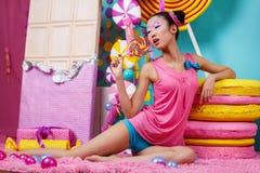 Αστείο κορεατικό κορίτσι με μεγάλο ζωηρόχρωμο Lollipop Στοκ φωτογραφίες με δικαίωμα ελεύθερης χρήσης