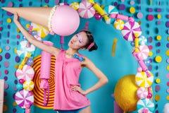 Αστείο κορεατικό κορίτσι με το παγωτό στο στούντιο Στοκ Φωτογραφία