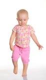 Αστείο κοριτσάκι που τρέχει στην άσπρη ανασκόπηση στοκ εικόνα με δικαίωμα ελεύθερης χρήσης