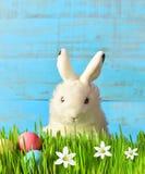 Αστείο λαγουδάκι Πάσχας στην πράσινη χλόη με τα αυγά Πάσχας και τα λουλούδια χρωματισμένο ανασκόπηση Πάσχας αυγών eps8 διάνυσμα τ Στοκ φωτογραφίες με δικαίωμα ελεύθερης χρήσης
