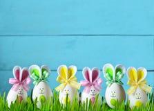 Αστείο λαγουδάκι Πάσχας στην πράσινη χλόη με τα αυγά Πάσχας χρωματισμένο ανασκόπηση Πάσχας αυγών eps8 διάνυσμα τουλιπών μορφής κό Στοκ Εικόνες