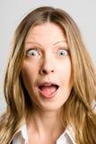 Αστείο γυναικών πορτρέτου πραγματικό γκρίζο υπόβαθρο καθορισμού ανθρώπων υψηλό Στοκ Φωτογραφία