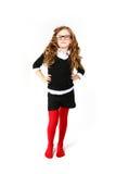 Αστείο μικρό κορίτσι με τα γυαλιά που εξετάζει τη κάμερα σε ένα λευκό Στοκ φωτογραφίες με δικαίωμα ελεύθερης χρήσης