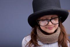 Αστείο μικρό κορίτσι με τα μεγάλα γυαλιά και ένα μεγάλο τοπ-καπέλο Στοκ εικόνα με δικαίωμα ελεύθερης χρήσης
