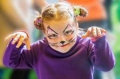 Αστείο μικρό κορίτσι με το χρωματισμένο πρόσωπο Στοκ εικόνα με δικαίωμα ελεύθερης χρήσης
